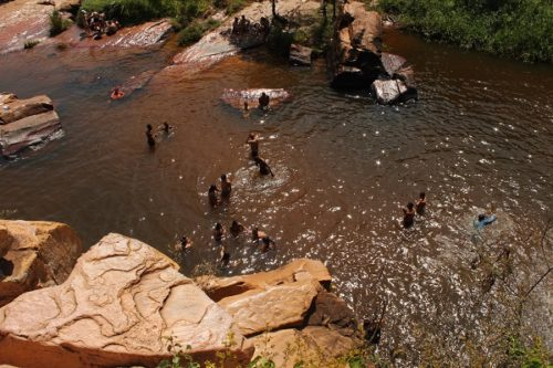 A cachoeira do Fraga voltou ser bastante frequentada aos fins de semana. Foto: L12.