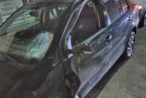 O carro e a moto envolvidos na colisão firam bastantes danificados.